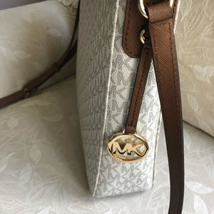 Michael Kors Bags - NWT Michael Kors Large Messenger Crossbody
